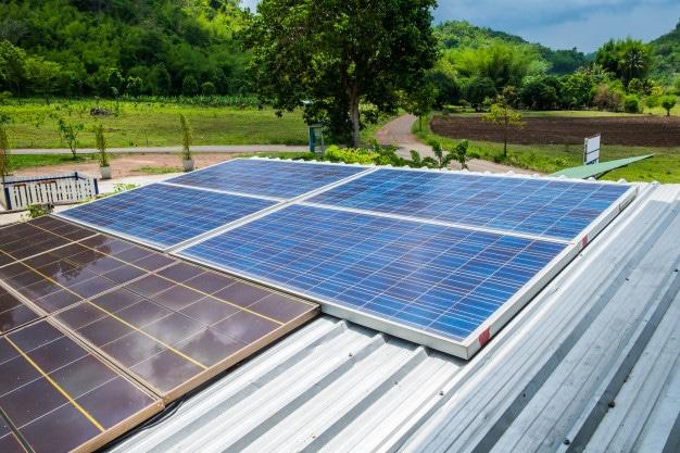 A primeira célula fotovoltaica que usava silício só seria desenvolvida em 1954.