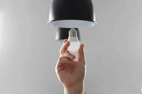 Use lâmpadas que gastam menos