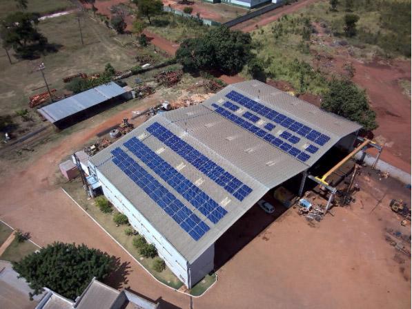 Vista de cima de painéis solares no teto de uma construção industrial. Cogera Energia