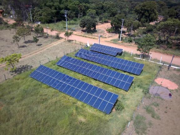 Visão de cima dos painéis solares em uma área rural